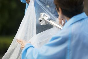 ゴミ拾いをするボランティアの写真素材 [FYI01316001]