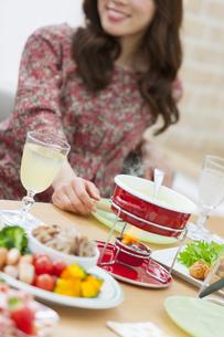 食事をする女性の写真素材 [FYI01316003]