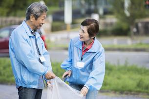 ゴミ拾いをするシニアの男女の写真素材 [FYI01316114]