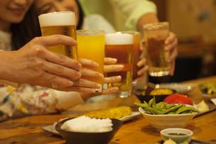 乾杯をする5人の手元の写真素材 [FYI01316156]