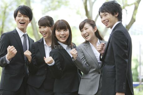 ガッツポーズをするビジネスマンとビジネスウーマン5人の写真素材 [FYI01316168]