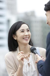 インタビューをうける女性の写真素材 [FYI01316182]