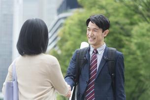握手をするビジネス男女の写真素材 [FYI01316183]