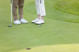 ゴルフをする男女の足元の写真素材 [FYI01316241]