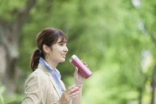 水筒を持つビジネス女性の写真素材 [FYI01316269]