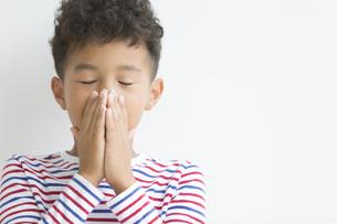 手で口を隠す男の子の写真素材 [FYI01316317]