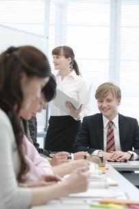 社内研修中のビジネス男女6人の写真素材 [FYI01316325]
