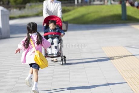母親に駆け寄る女の子の写真素材 [FYI01316365]