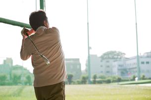 ゴルフをする熟年男性の後姿の写真素材 [FYI01316425]