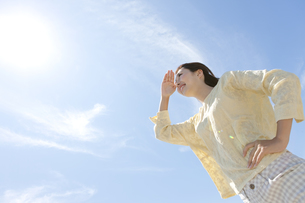 遠くを眺める女性の写真素材 [FYI01316441]