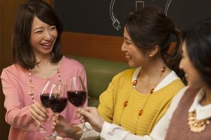 乾杯する女性3人の写真素材 [FYI01316452]