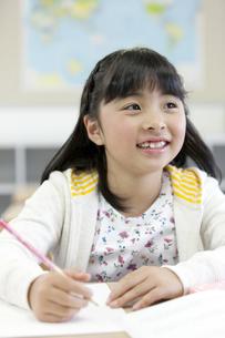 授業を受ける女の子の写真素材 [FYI01316497]