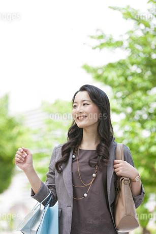 買い物をする女性の写真素材 [FYI01316600]