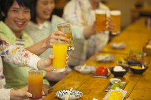 乾杯する若者の手元の写真素材 [FYI01316607]