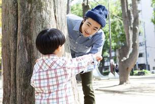 公園で遊ぶ親子の写真素材 [FYI01316610]