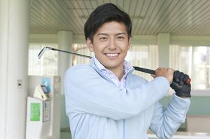 ゴルフをする笑顔の男性の写真素材 [FYI01316622]