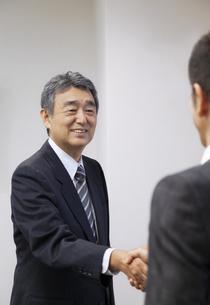 握手をするビジネスマンの写真素材 [FYI01316630]