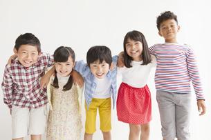 5人の小学生の写真素材 [FYI01316642]