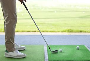 ゴルフをする男性の足元の写真素材 [FYI01316664]