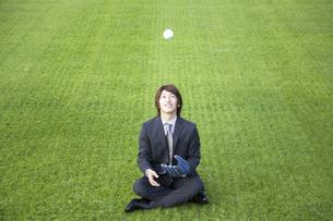 ボールを投げる男性の写真素材 [FYI01316690]