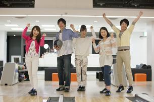 ボウリングをする若者5人の写真素材 [FYI01316712]