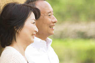 笑顔のシニアカップルの横顔の写真素材 [FYI01316728]