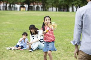 公園で遊ぶ4人家族の写真素材 [FYI01316757]
