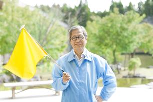 旗を持っている添乗員の写真素材 [FYI01316763]