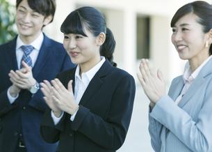 拍手をするビジネス男女の写真素材 [FYI01316764]