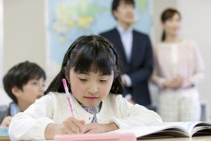 授業参観中の子供たちと親の写真素材 [FYI01316765]