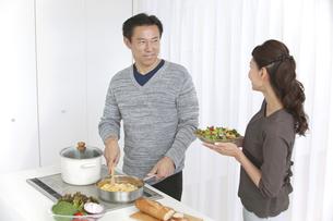 調理をする中高年夫婦の写真素材 [FYI01316804]