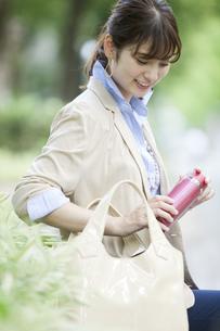 水筒を持つビジネス女性の写真素材 [FYI01316822]