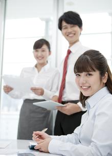 会議をする3人のビジネスマンの写真素材 [FYI01316853]