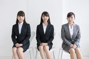 椅子に座る3人のビジネスウーマンの写真素材 [FYI01316869]
