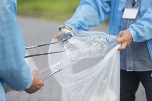 ゴミ拾いをするボランティアの写真素材 [FYI01316887]