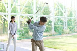 ゴルフをするカップルの写真素材 [FYI01316908]