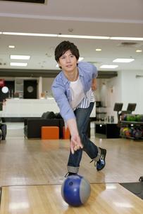 ボウリングをする若者の写真素材 [FYI01316922]