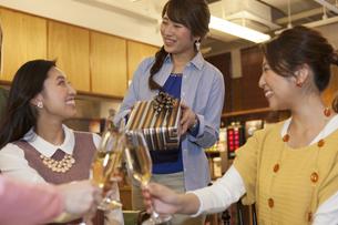 プレゼントを渡してお祝いする女性4人の写真素材 [FYI01316983]