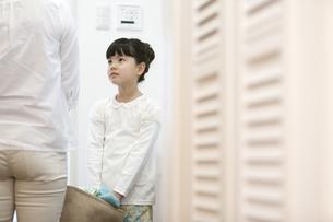 洗濯かごを持つ女の子と母親の写真素材 [FYI01317000]