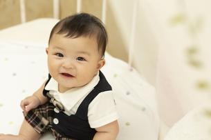 ベッドに座る赤ちゃんの写真素材 [FYI01317041]