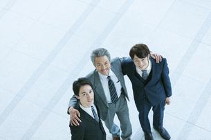 肩を組むビジネスマンの写真素材 [FYI01317054]