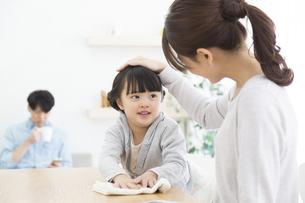 テーブルを拭く女の子と母親の写真素材 [FYI01317097]