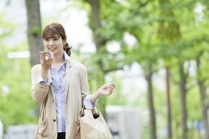 スマートフォンで通話するビジネス女性の写真素材 [FYI01317108]