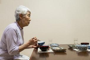 食事中のシニア女性の写真素材 [FYI01317114]