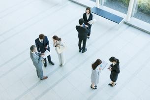 打ち合わせをするビジネス男女の写真素材 [FYI01317189]