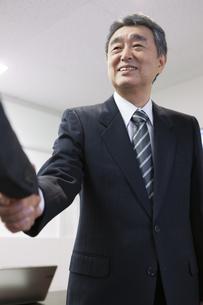 握手をするビジネスマンの写真素材 [FYI01317232]
