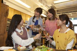 プレゼントを渡してお祝いする女性4人の写真素材 [FYI01317254]