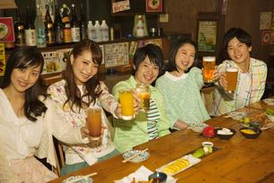 居酒屋で乾杯する若者5人の写真素材 [FYI01317273]