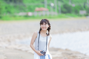 カメラを持つ女性の写真素材 [FYI01317320]