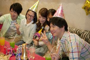 パーティーをする若者5人の写真素材 [FYI01317323]